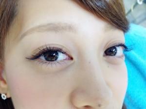 下向きまつ毛の方や長いエクステで瞳が影になってしまう方のお悩みがこれで解消!?
